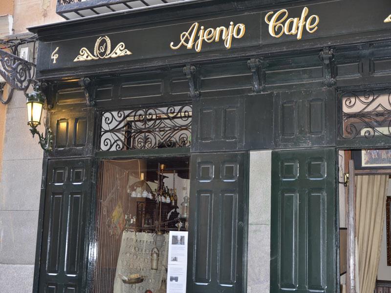 Fachada de Café Ajenjo en calle Galería de Robles, 4. Malasaña, Madrid