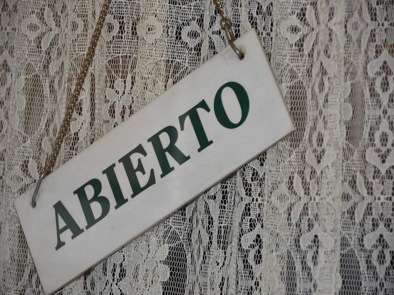 Café Ajenjo letrero de abierto