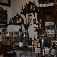 Grifo de cerveza y máquina de café del Café Ajenjo
