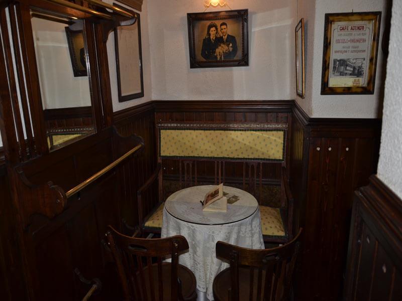 Salón vintage del Café Ajenjo