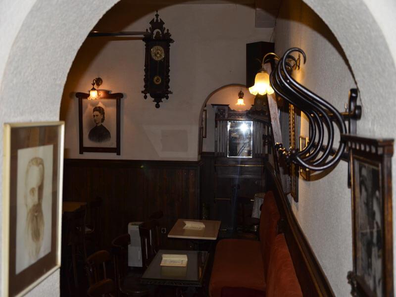 vista de pasillo y salón del Café Ajenjo